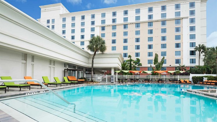 1/4  Holiday Inn and Suites Across from Universal Orlando - USA
