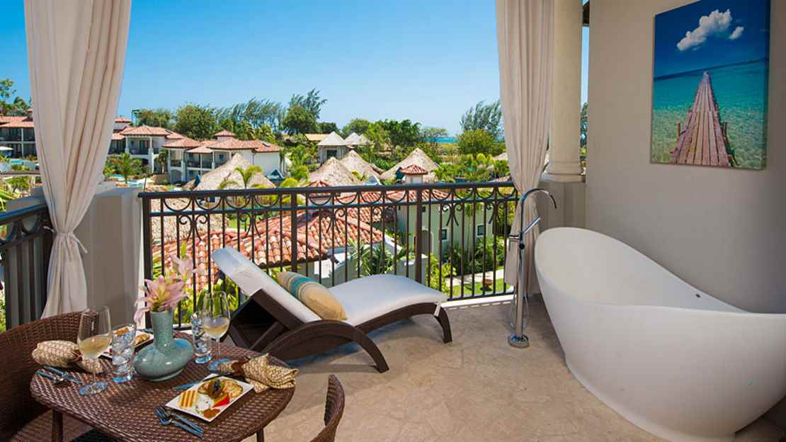 South Seas Honeymoon Poolside Hideaway Junior Suite with Balcony Tranquillity Soaking Tub