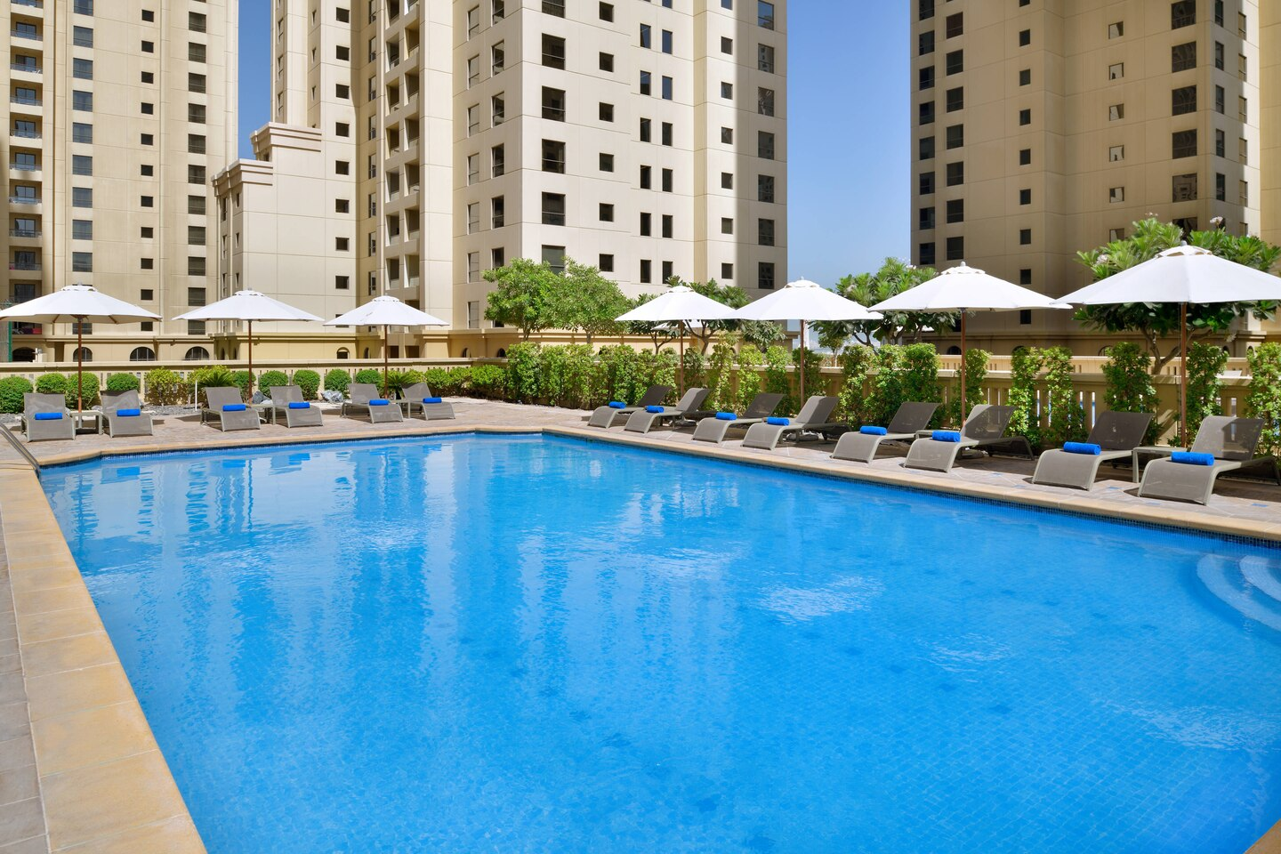 1/4  	Delta Hotels by Marriott Jumeirah Beach - Duabi